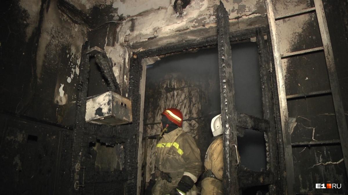 В Железнодорожном районе сгорел двухэтажный дом, в одной из квартир нашли тело женщины