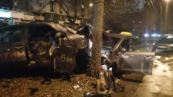 Такси всмятку: в Самаре одно авто впечатало второе в дерево