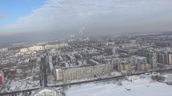 «Нечем дышать. Окно невозможно открыть»: чёрный смог над Челябинском сняли с высоты птичьего полёта