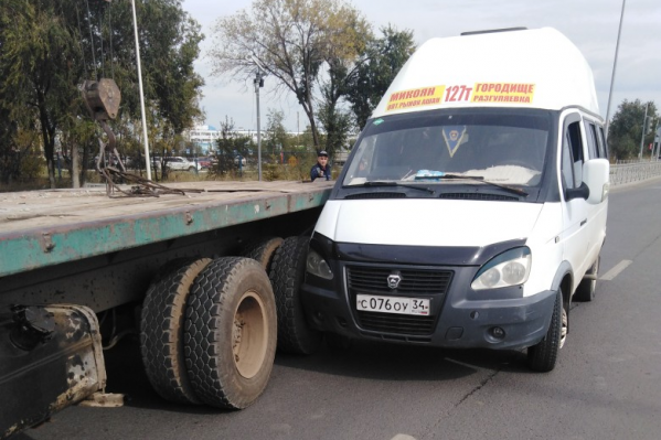 По словам маршрутчика, водитель КАМАЗа развернулся через две сплошные