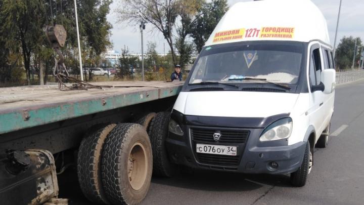 «Он предложил нам тысячу»: в Волгограде водитель КАМАЗа достал маршрутку через две сплошные