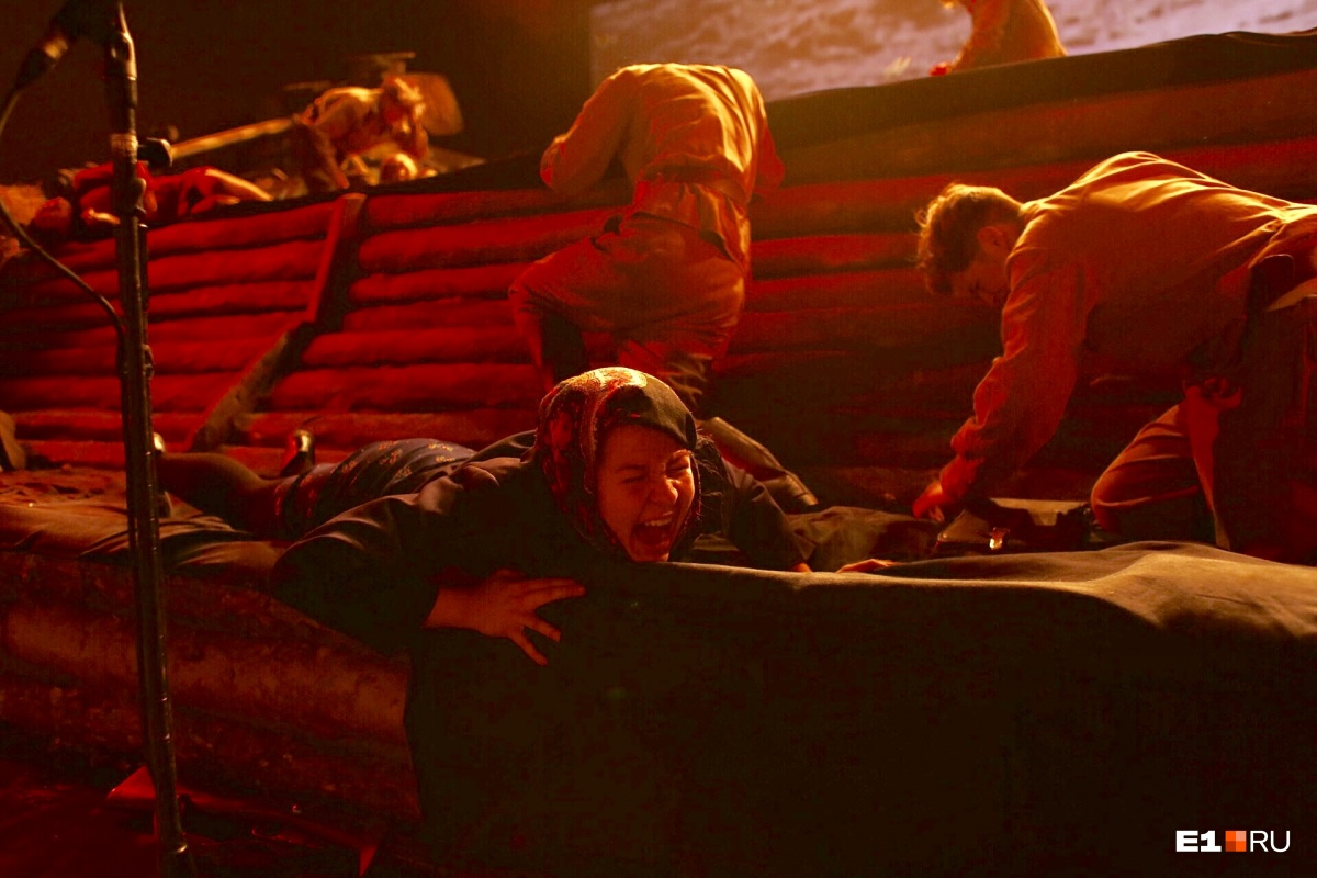 Тем временем на Плотинке прошел «Театр великой Победы»: прямо над бурлящей водой играли актеры