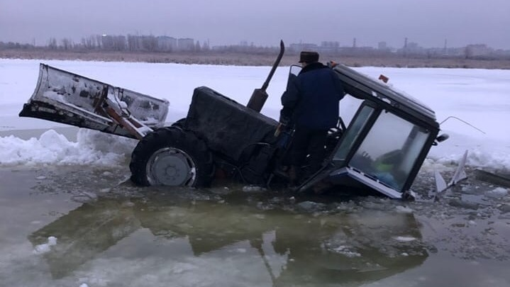 На Алебашевском озере под лед провалился трактор