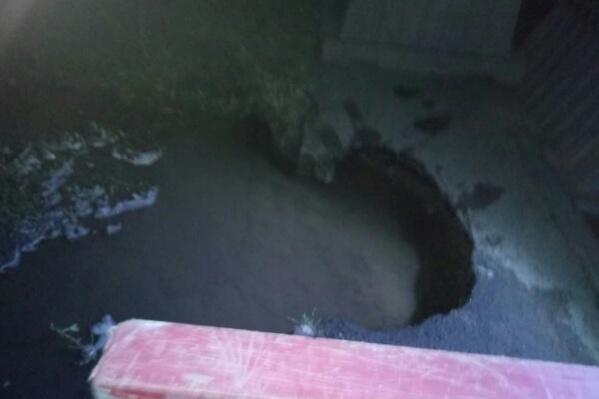 В эту яму угодила коляска