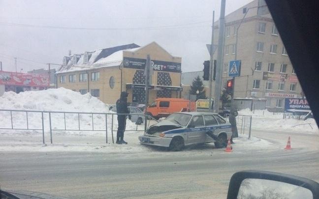 Уходили от столкновения: в Тюмени автомобиль вневедомственной охраны Росгвардии врезался в забор