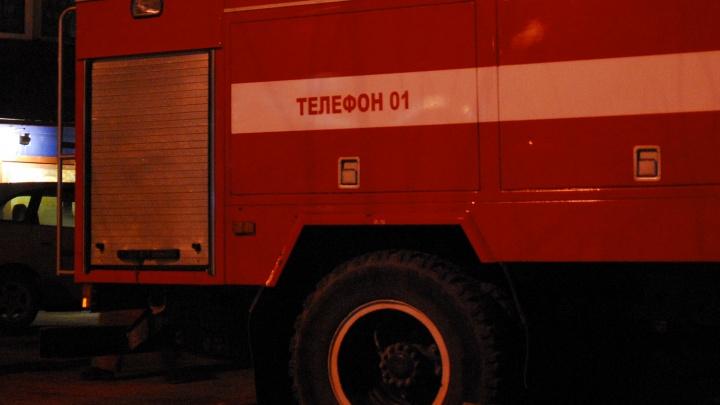 Пламя вырывается с балкона:в Калининском районе загорелась квартира
