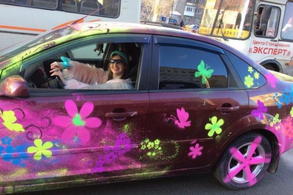 Краска легко смывается, поэтому для того, чтобы заценить яркие автомобили, у архангелогородцев есть не так много времени