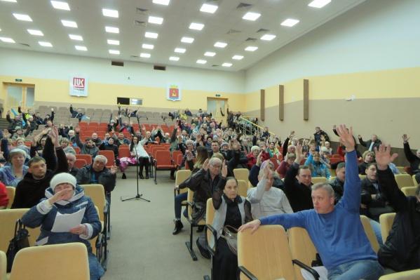 На фото — реакция собравшихся на вопрос «Кто против реформы?»