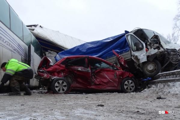 По данным скорой, в аварии пострадали девять человек