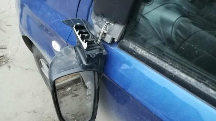 «Оторваны зеркала, помяты двери»: челябинец разбил десять машин во дворе на Марченко
