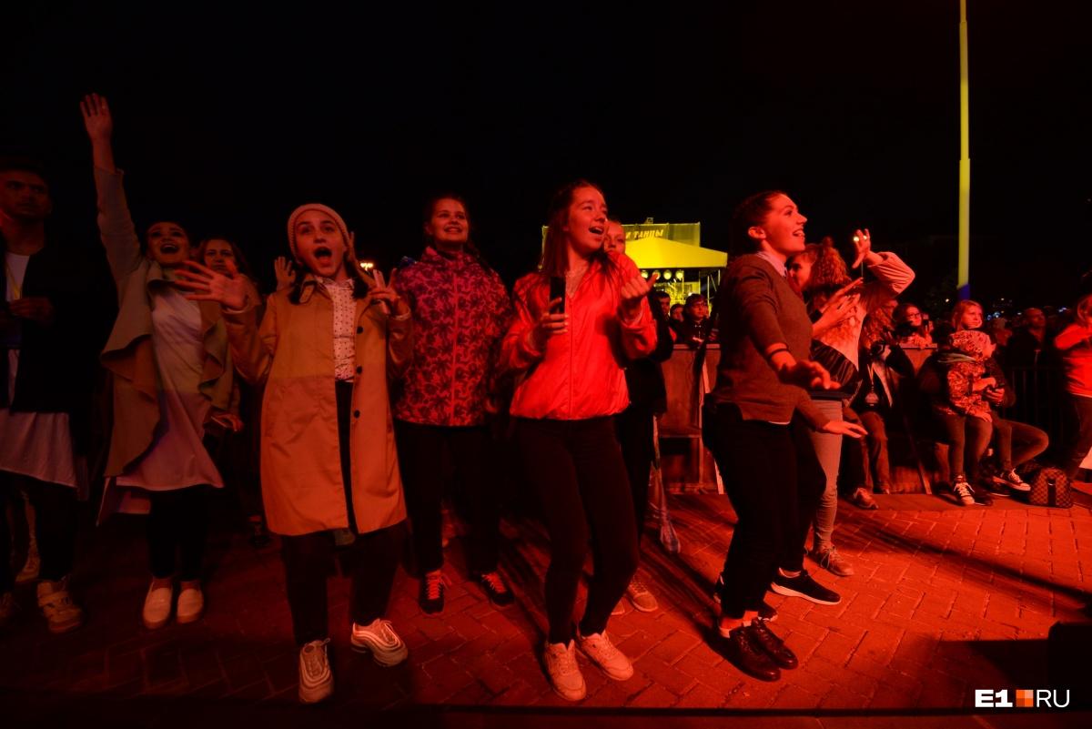 Поклонницы танцевали и подпевали Ёлке