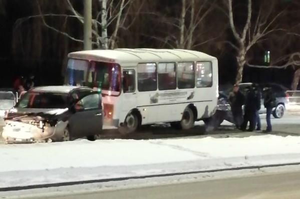 В аварии участвовали четыре автомобиля