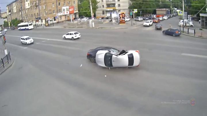 Водитель не смог вылезти из машины: ДТП с перевертышем в Волгограде попало на видео