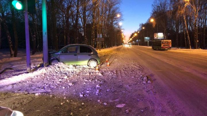 Врезался в мачту и сбежал: в Тюмени разыскивают водителя, бросившего раненную после ДТП пассажирку