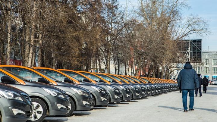 Вытесняют пешеходов: Первомайский сквер заполонили машины