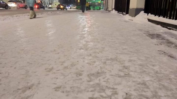 «Позорище и свинство»: горожанка о скользких тротуарах Екатеринбурга