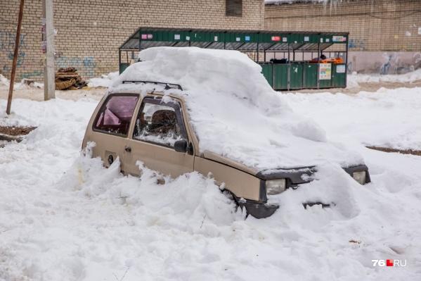 Город завален снегом, а на дорогах — стиральная доска