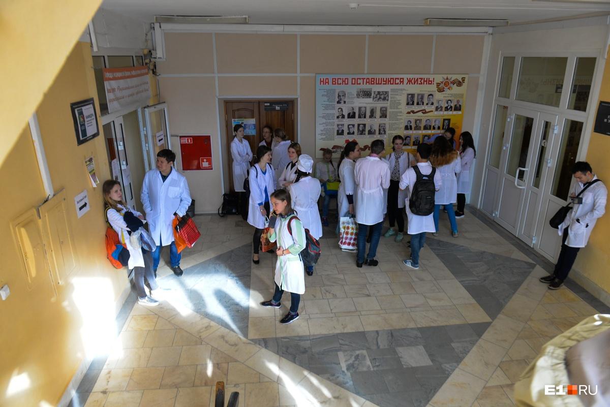 В вузе строго следят за внешним видом будущих врачей. На пары они ходят в белых халатах, на голове должна быть медицинская шапочка