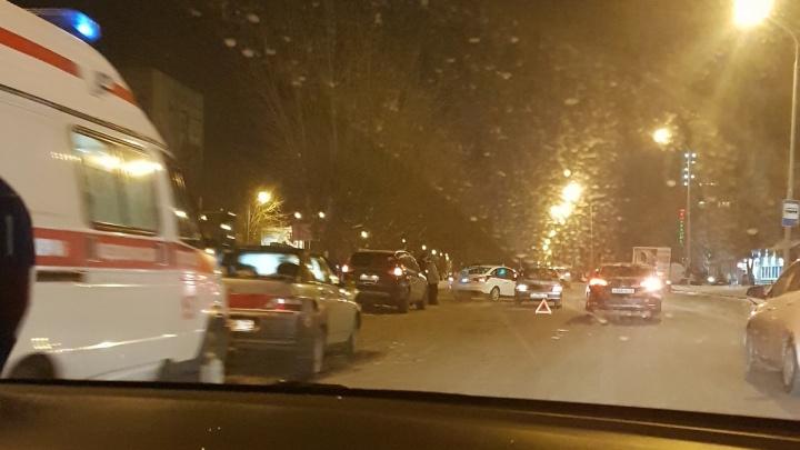 Водитель пытался уйти от столкновения: на улице 50 лет Октября столкнулись три легковушки