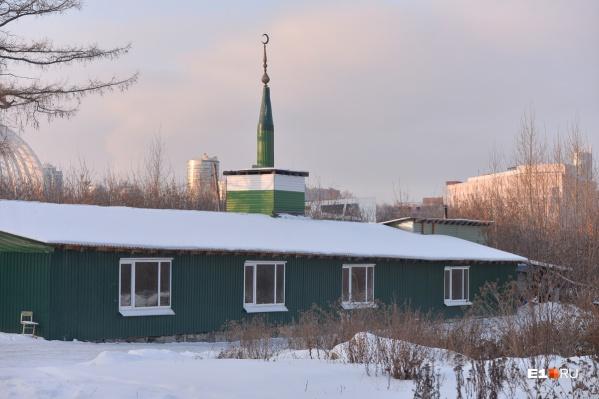 Поскольку мечеть собираются сносить, то мусульмане ищут другое место
