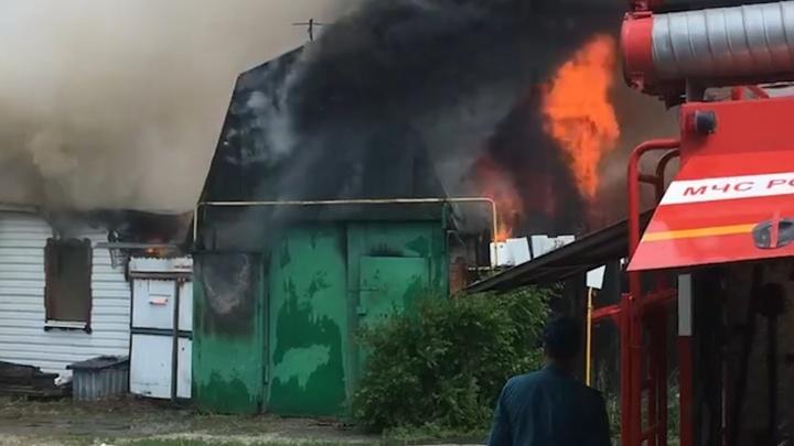 В старой Зареке сгорели двухквартирный дом, гараж и надворные постройки