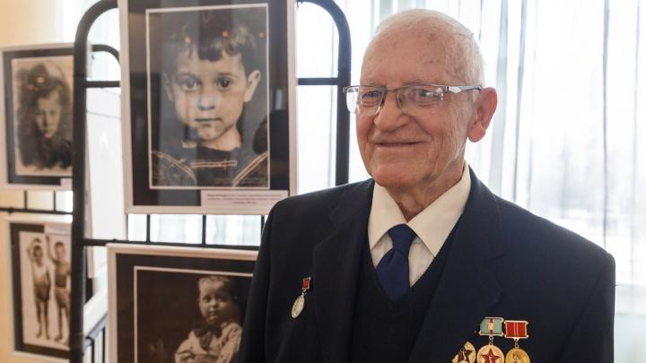 «До сих пор в ушах этот крик»: в ТЮЗе открылась выставка фотографий сталинградских детей