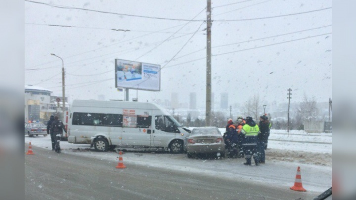 На видео попал момент ДТП в Уфе, где Nexia столкнулась с маршруткой