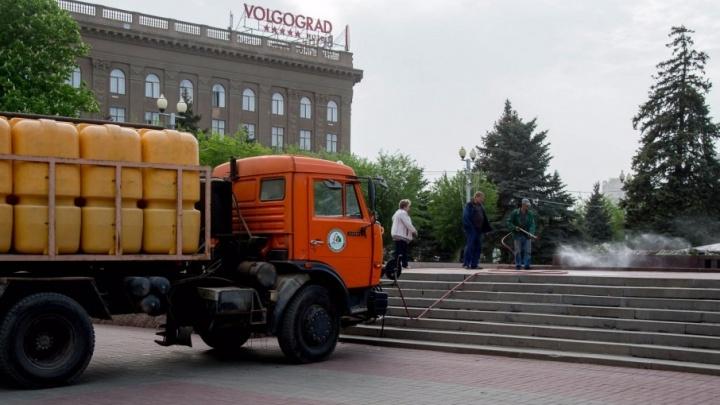 Дороги в центре Волгограда залили питьевой водой
