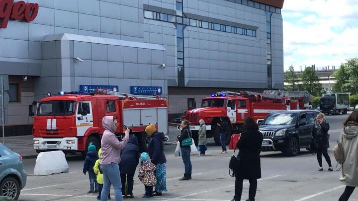 «На втором этаже дым, люди не могут выехать с парковки»: в Екатеринбурге эвакуировали торговый центр