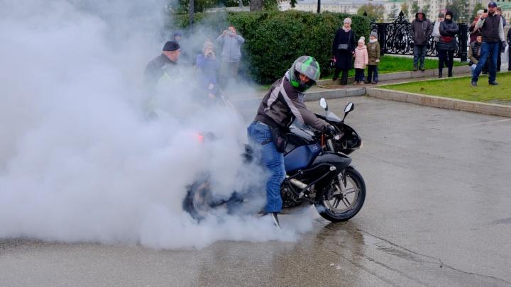 В Екатеринбурге байкеры поднимали облака дыма и показывали трюки: фоторепортаж с закрытия мотосезона