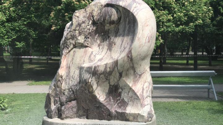 Скульптуры в Первомайском сквере начали отмывать от надписей