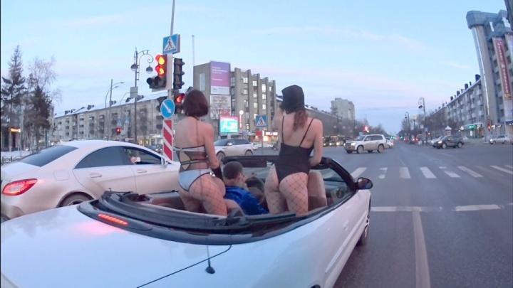Блогер с полуголыми танцовщицами в кабриолете устроил шоу для мужчин на улицах Тюмени
