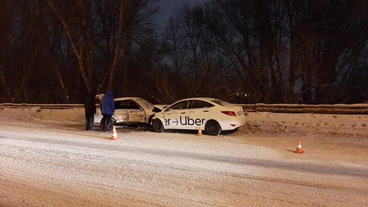 Три автомобиля столкнулись на Винаповском мосту: людей зажало в машине