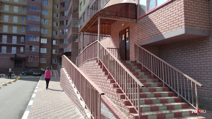 Вонючий скандал: в Ярославле вандалы загадили 20 этажей в подъезде новой высотки
