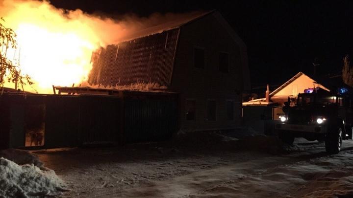 Мощное пламя охватило частный дом в Амуре