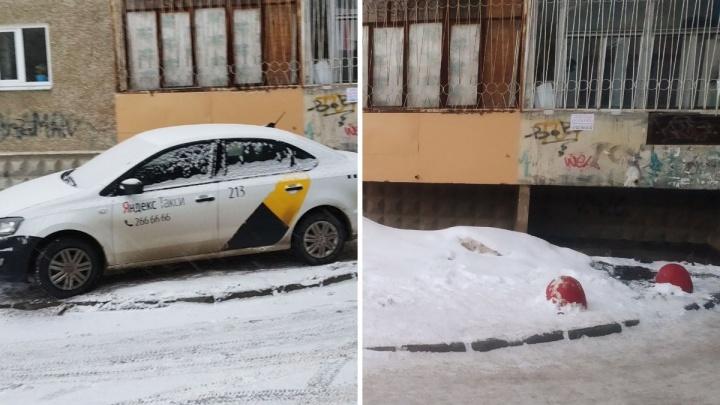 «Я паркуюсь как...»: нелепая стоянка на домкрате и чудесное спасение газона от автохамов