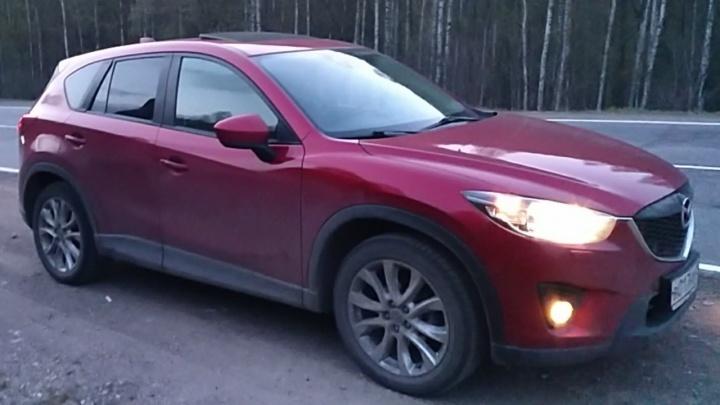 В Екатеринбурге по видео ищут красную Mazda, которую угнали у чиновника из Башкирии