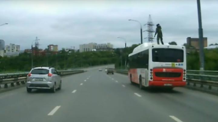 Танцевал на ходу: молодой пермяк прокатился на крыше автобуса