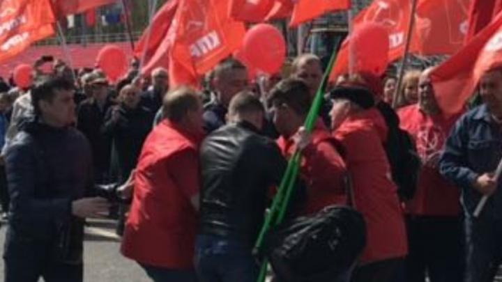 В рядах самарских коммунистов во время шествия по площади Куйбышева произошла потасовка