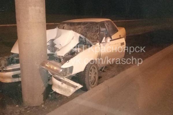 В этой аварии никто не пострадал, хотя машина выглядит сильно повреждённой