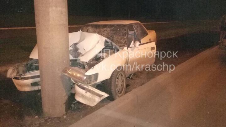 Пьяный водитель пятничным вечером влетел в столб на пустой дороге