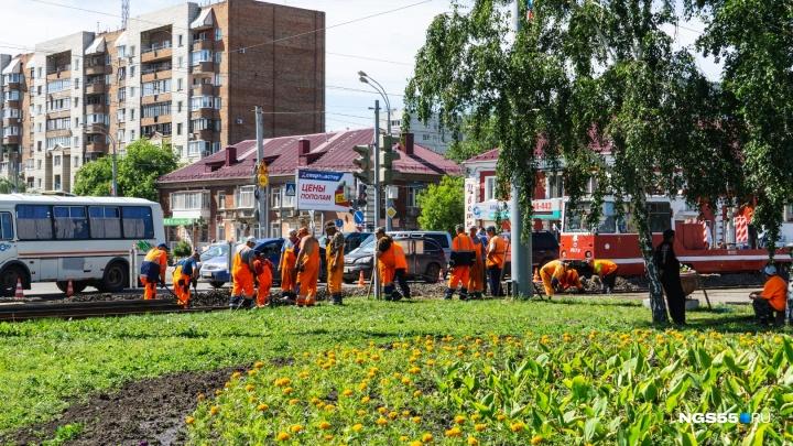 Перед трамвайными путями на Хмельницкого рабочие оставили колею, об которую бьются машины