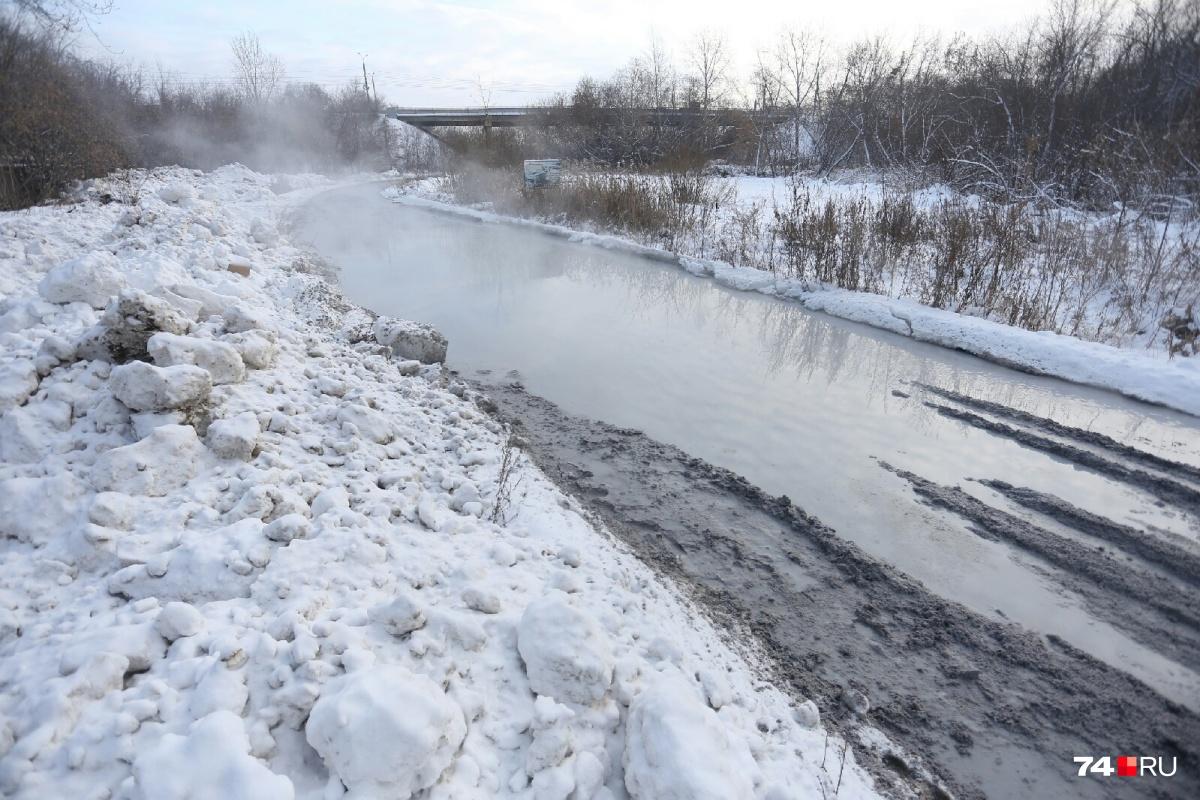 Коммунальная река полностью затопила автомобильную дорогу