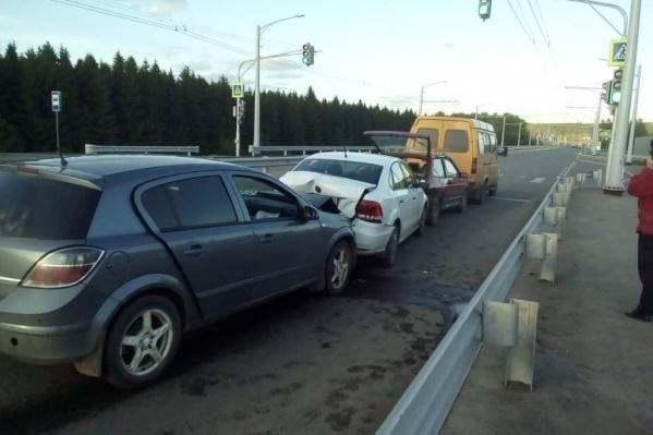 Автомобили выстроились в «паровозик»
