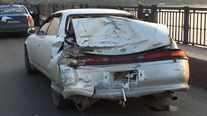 На Октябрьском мосту грузовик въехал в Toyota Mark II: водитель легковушки в это время менял колесо