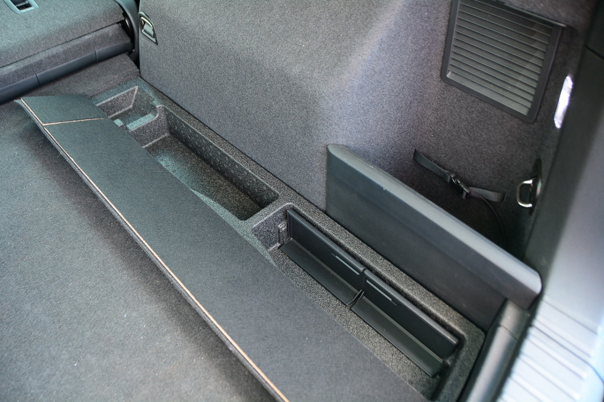 Потайные емкости по краям багажника
