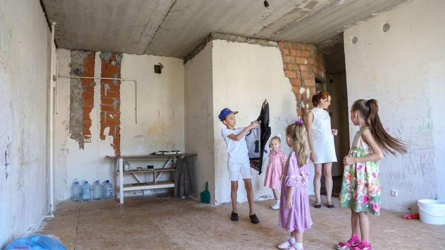 «Из роддома мы переедем на стройку»: как под Уфой живет семья обманутых дольщиков с четырьмя детьми