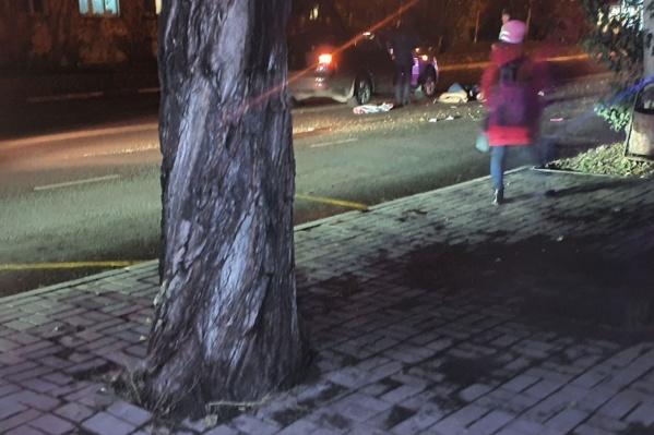 Женщина решила перейти дорогу недалеко от пешеходного перехода