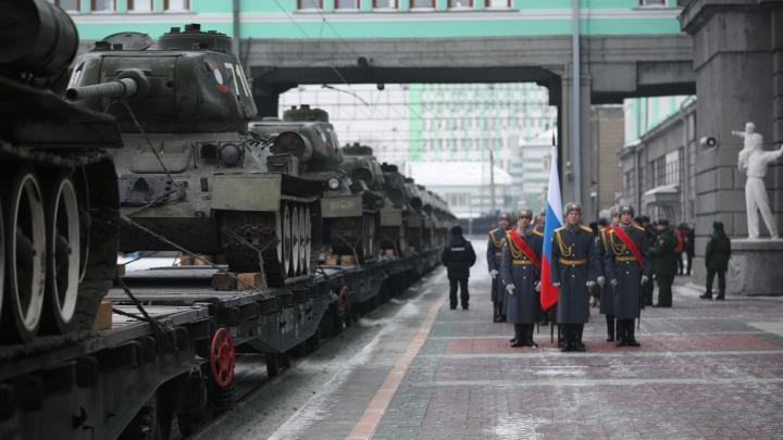 В Новосибирск из Лаоса приехали 30 танков Т-34