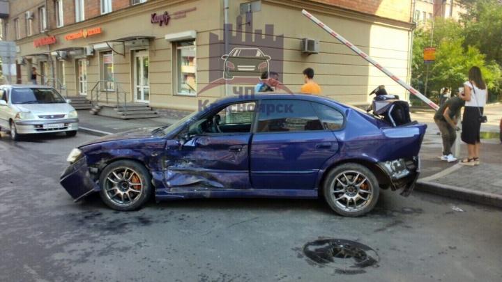 «Мясо в центре»: водитель «Субару» врезался в дом и стал причиной массовой аварии на Ленина